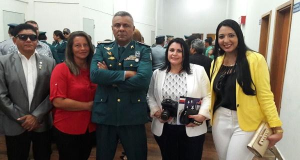 A FAMÍLIA DO TENENTE CARLOS E AMIGOS COM O CMT GERAL DA PMMA CEL. PEREIRA.