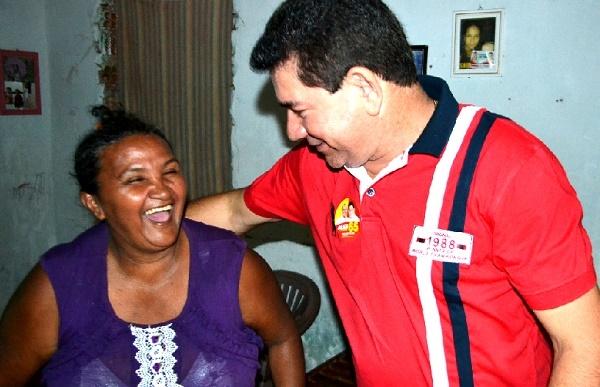A felicidade do prefeito Alan com uma moradora.
