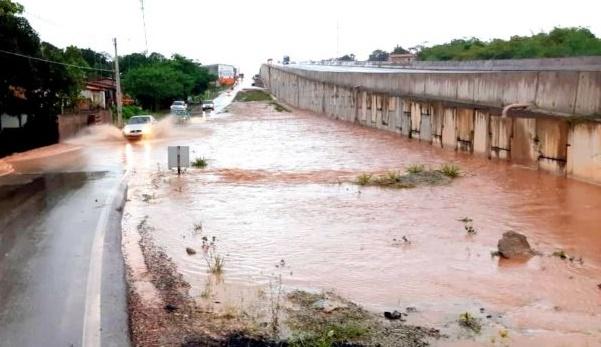 Adutora do ItaLuís se rompe próximo ao viaduto em Bacabeira.
