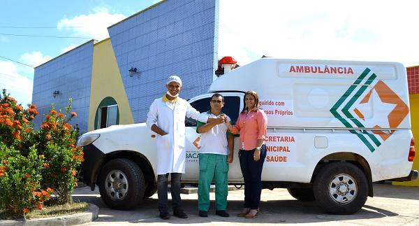 Ambulância no Centro de Saúde de Peri de Baixo.