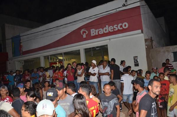 Bandidos tocam o terror em Buriticupu e estouram o Banco Bradesco da cidade.