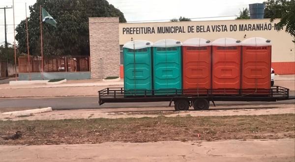 Fedeu! Empresário consegue reverter calote colocando banheiros químicos na porta da prefeitura.