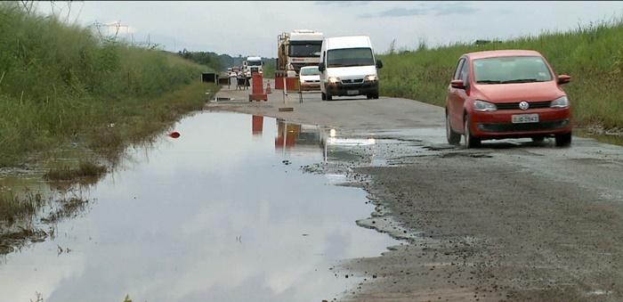 Motoristas reclamam da buraqueira na BR-135 entre Bacabeira e São Luís.