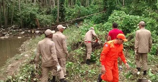 Bombeiros ajudam na desobstrução do Rio Paciência.