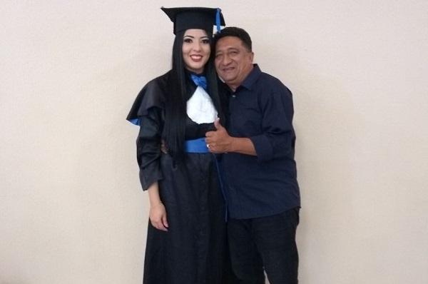 Portal do Munim homenageia Carla Pinheiro pela conclusão da Graduação em Administração.