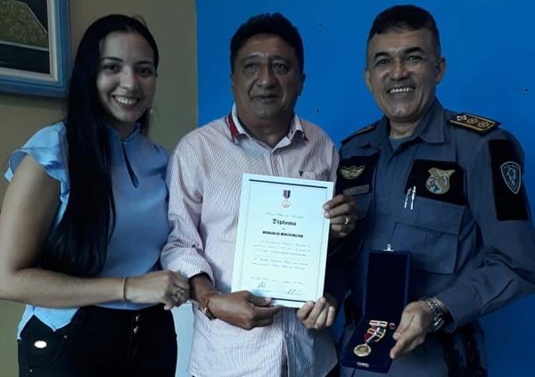 """Polícia Militar concede """"Medalha Brigadeiro Falcão"""" ao Tenente Carlos diretor do Portal do Munim."""