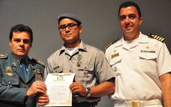 Cabo Fábio Tavares,  do 1º BPM, agraciado com a medalha Batalhão de Suez.
