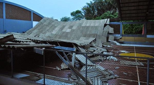 Com estruturas comprometidas, Cobertura o ginásio do Centro Social do Servidor desaba.