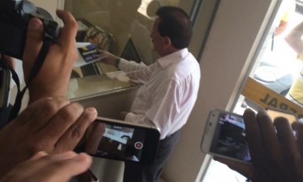 Conselheiro Edmar Cutrim registrando queixa na PF contra a governadora Roseana Sarney.