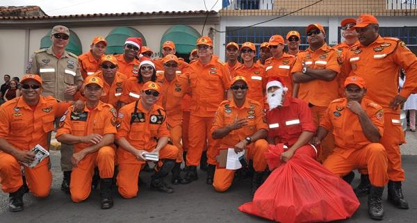 Corpo de Bombeiros visitou pacientes do Hospital do Câncer 'Tarquínio Lopes' e levou além de presentes, momentos de descontração. Foto: Divulgação