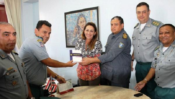 CORREGEDORA RECEBE NOVO EXEMPLAR DA LEGISLAÇÃO DA POLÍCIA MILITAR DO MARANHÃO.