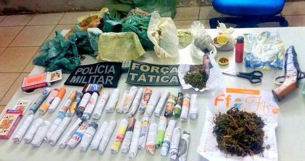 DROGAS E ARMA APREENDIDOS.