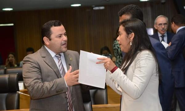 COISA FEIA: Deputados Ana do Gás e Vinícius Louro trocam farpas na Assembleia por causa de emendas.