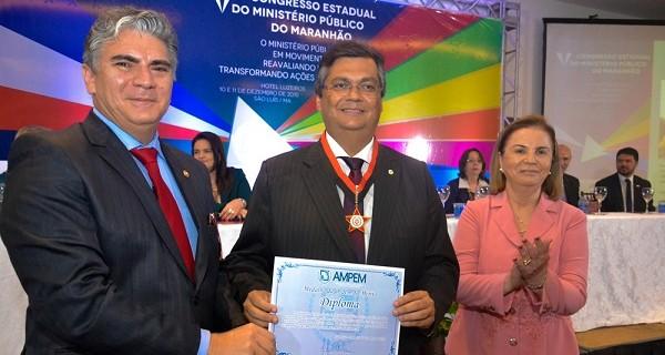 Durante o Congresso, Flávio Dino recebeu medalha de ordem ao mérito entregue pela Ampem.