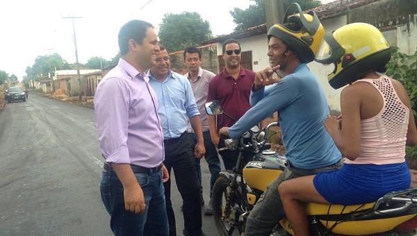 Edivaldo conversa com moradores na Vila Riod.