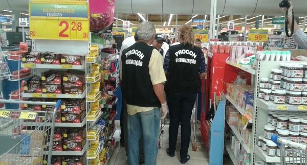 Equipe de fiscalização do Procon-MA vistoriam supermercados.