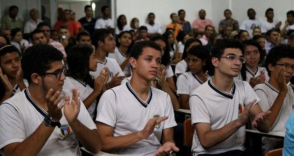 Estudantes recebem informações sobre os cursos oferecidos pelo Iema e oportunidades como o Cidadão do Mundo e os Aulões do Enem.