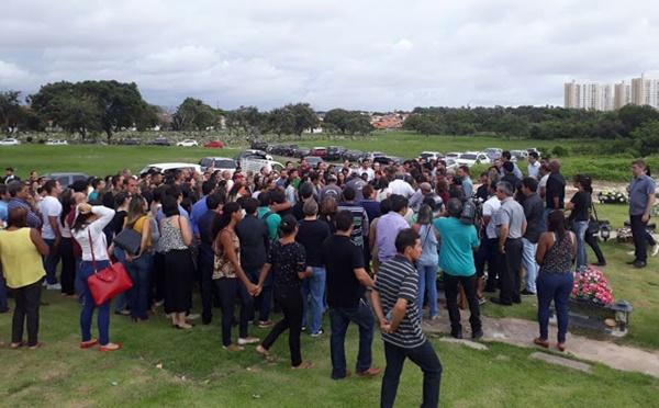 Familiares e amigos dão o ultimo adeus aos médicos e o policial civil do acidente com helicóptero.