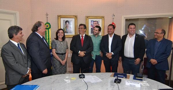 Governador Flávio Dino reunido com representantes de empresas privadas.