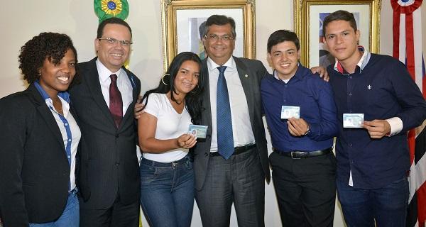 Solenidade no Palácio dos Leões com o governador Flávio Dino, o diretor geral do Detran, Antônio Nunes, e a secretária Tatiana Pereira, entrega a carteira de habilitação para as primeiros selecionados do CNH Jovem.