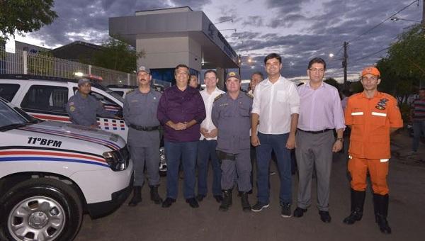 Flávio Dino entregando viaturas em Timon.