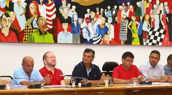 Flávio Dino na mesa do encontro PCdoB.