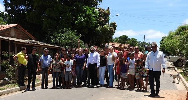 Secretário Gerson Pinheiro e lideranças políticas e comunitárias e comunidade no bairro Expoagro.