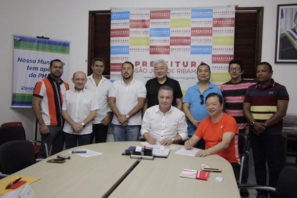 Luis Fernando assina carta de intenções com a Câmara de Comércio Internacional Brasil-China.