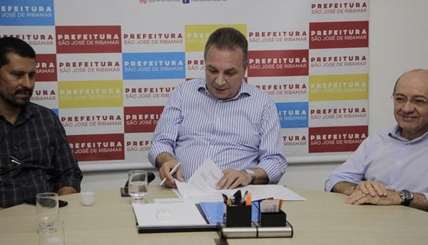 Prefeito Luis Fernando assina ordens de serviços que resolvem coleta e destinação final do lixo ribamarense.