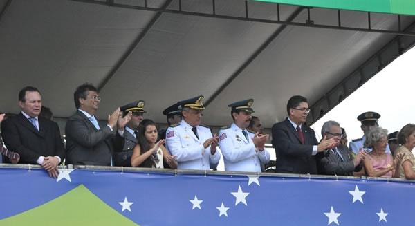 GOVERNADOR FLÁVIO DINO ASSISTINDO DESFILE.
