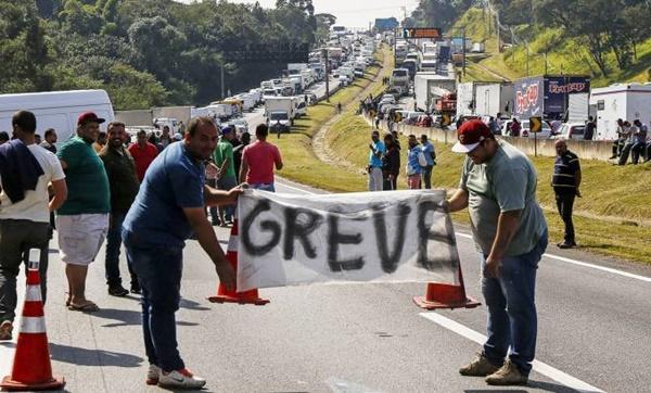 Governo e entidades dos caminhoneiros anunciam acordo para suspender paralisação.