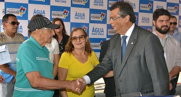 Governador Flávio Dino é cumprimentado por morador da Vila Industrial.