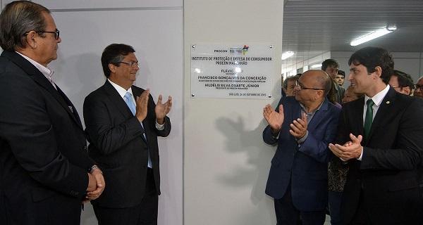 Governador Flávio Dino, acompanhado do secretário Francisco Gonçalves, do deputado Humberto Coutinho e de Duarte Júnior inaugura a nova sede do Procon-MA.