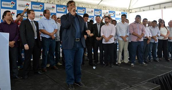 Governador Flávio Dino anunciando ações nos municípios de Timon e Açailândia.