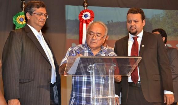 Governador Flávio Dino, ao lado do secretário Clayton Noleto e do prefeito de Barreirinhas, Léo Costa.