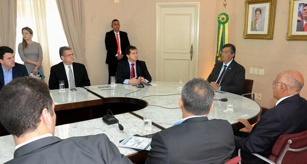 Governador Flávio Dino, ao lado do secretário Simplício Araújo, do presidente da Fiema, Edílson Baldez, e da classe empresarial durante solenidade de lançamento do Novo Distrito Industrial de São Luís.