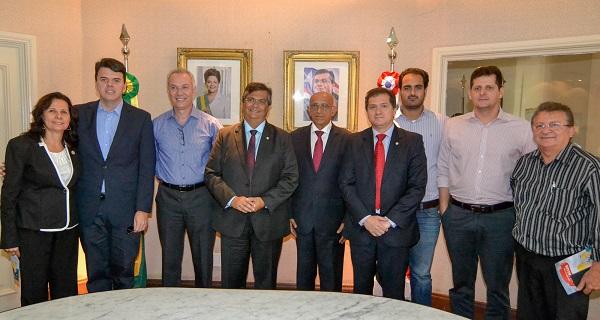 Governador Flávio Dino, ao lado do secretário Simplício Araújo, do presidente da Fiema, Edílson Baldez, e da classe empresarial durante solenidade.
