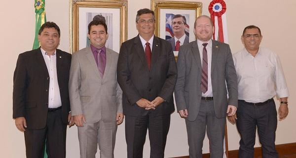 Governador Flávio Dino, ao lado do secretário de Articulação Política e Assuntos Federativos, Márcio Jerry e do deputado Othelino Neto, recebe prefeito de Barra do Corda.