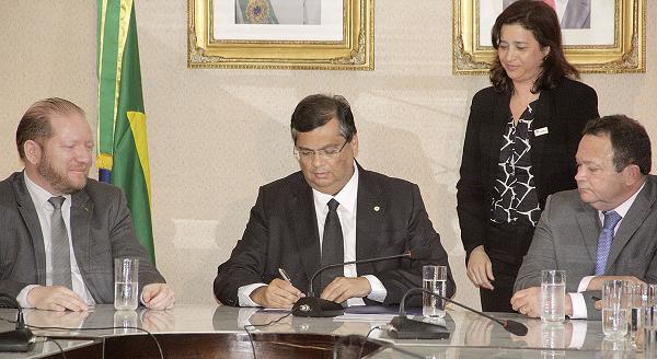 Governador Flávio Dino ao lado do vice-governador Carlos Brandão, do deputado estadual Othelino Neto e do secretário de Ciência, Tecnologia e Inovação na oficialização do programa 'Cidadão do Mundo'.