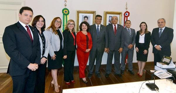Governador Flávio Dino, ao lado dos secretários Áurea Prazeres (Educação) e Marcelo Tavares (Casa Civil) e do procurador geral do Estado, Rodrigo Maia, recebe promotores de Justiça no Palácio dos Leões.
