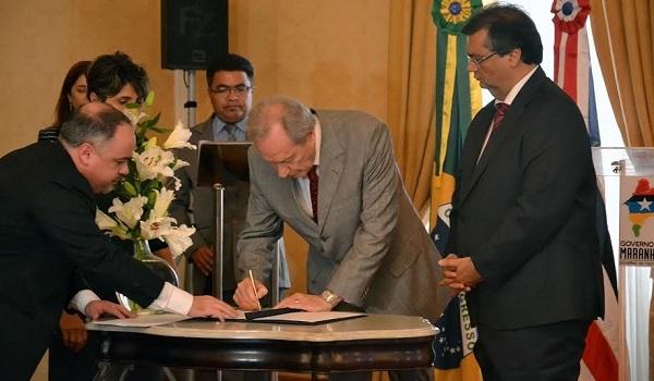 Governador Flávio Dino e o Ministro Levandowisk assinam acordo.