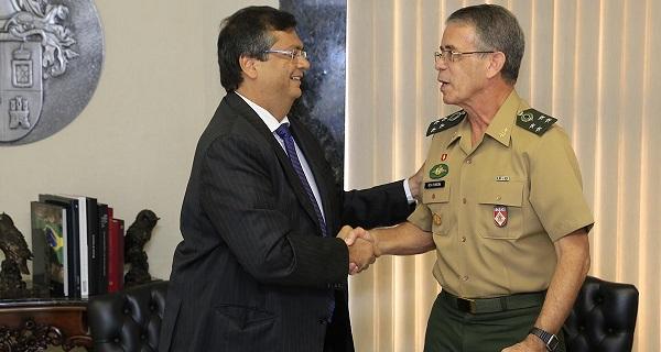 Governador Flávio Dino e o chefe do Departamento de Engenharia e Construção do Exército, General Oswaldo de Jesus Ferreira, assinando o convênio.
