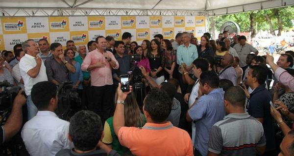 Governador em exercício Carlos Brandão, ao lado do secretário de Articulação Política, Márcio Jerry, e outras autoridades em visita à cidade de Colinas.