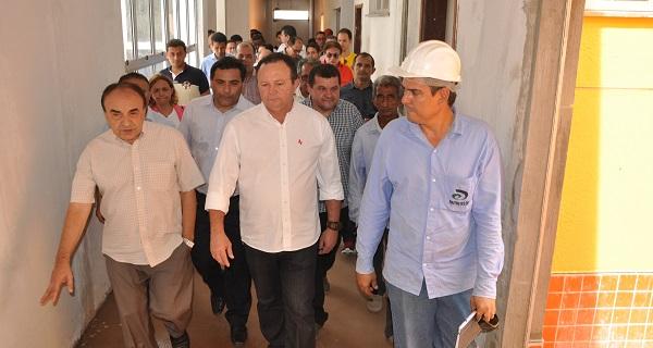 Governador em exercício, Carlos Brandão, e lideranças políticas da região Tocantina em visita a obras do governo em Imperatriz. Foto: Antônio Pinheiro
