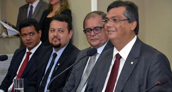 Governador Flávio Dino, presidente da Alema, Humberto Coutinho e outras autoridades durante a assinatura da ordem de serviço para a reforma de 61 escolas no Maranhão.