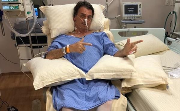 Filho posta nova foto de Jair Bolsonaro no hospital.
