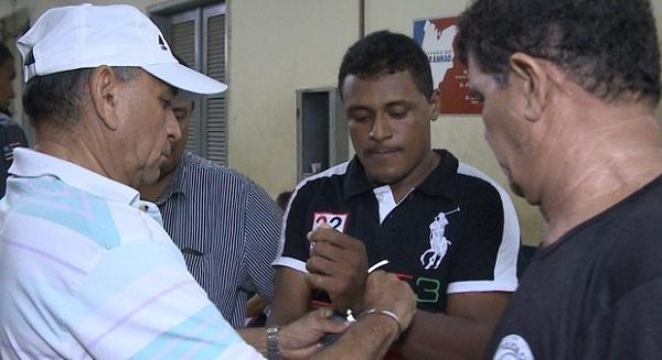 Luiz Carlos Machado foi levado para a Delegacia de Homicídios.