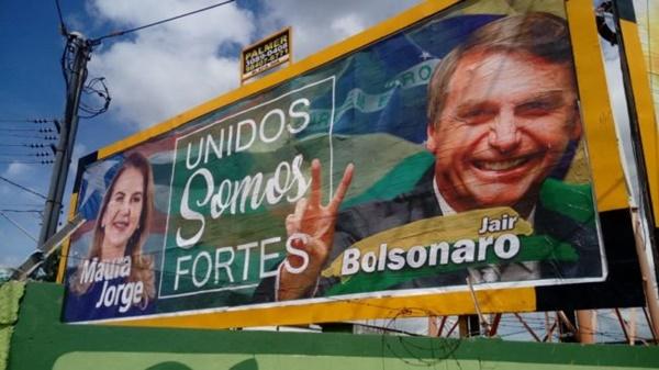 TRE indefere liminar em ação contra outdoor de Maura Jorge e Bolsonaro.
