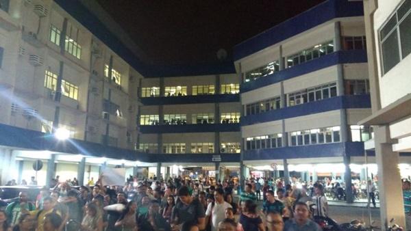 Alunos revoltados fazem tumulto e apitação na Faculdade Pitágoras nesta sexta-feira(18).