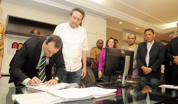 Marcos Affonso assina termos de posse como novo titular da SSP diante do antecessor, Ricardo Murad
